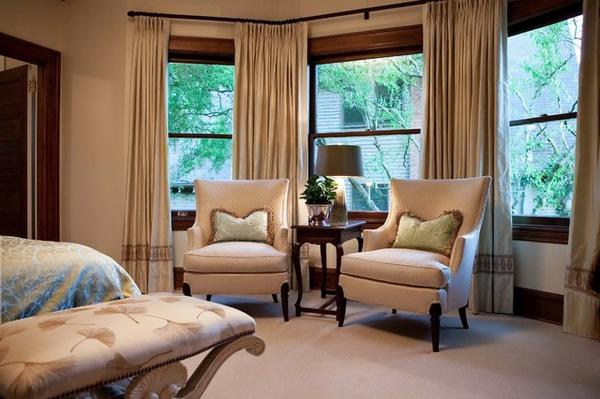 moderne-schöne-schlafzimmer gardinen-zwei sessel