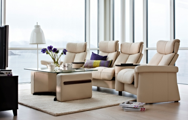 moderne-wohnung-mit-heimkino-und-schönen-sesseln- wand aus glas