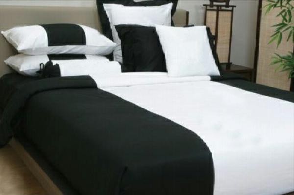 modernes-bett-bettwäsche-in-schwarz-und-weiß-modern gestaltet