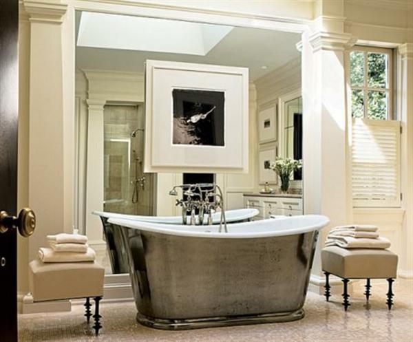 modernes-klassisch-aussehendes-bad-badewanne mit zwei hockern auf den beiden seiten