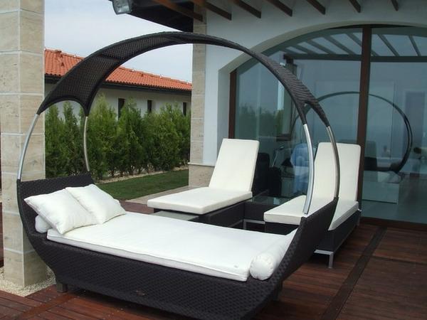 modernes-outdoor-bett-sehr-schön-gestaltet-weiße matratzen