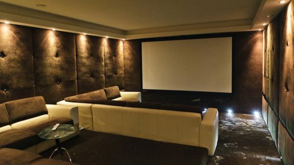 modernes-sofa-im-heimkino-gemütliche-atmosphäre- elegante beleuchtung