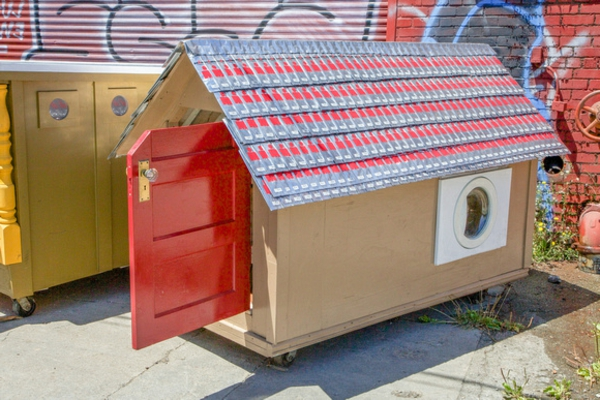 modulhaus-container-selber-bauen-aus-abfällen-tür-in-rot