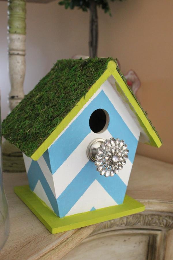 nistkasten-selber-bauen-moderne-gestaltung- dach mit gras darauf