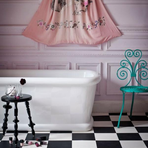 nostalgische-bäder-gestalten- blauer stuhl mit extravaganter form neben der badewanne