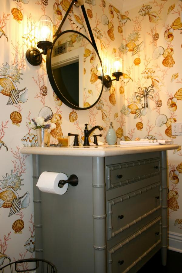 nostalgische-waschbecken-und-interessante-tapeten-spiegel hängt an der wand