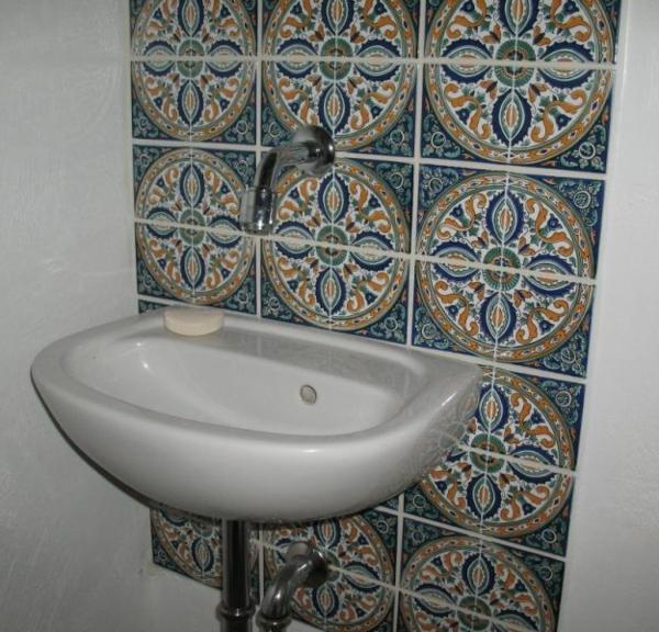 orientalische-fliesen-blaue-farbtönungen-Waschbecken in weißer Farbe