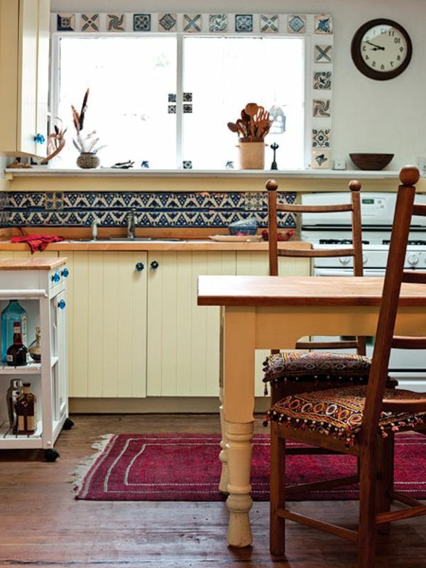 orientalische-fliesen-für-die-küche-ein holztisch und eine wanduhr