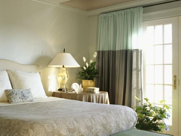 schönes schlafzimmer mit interessanten gardinen