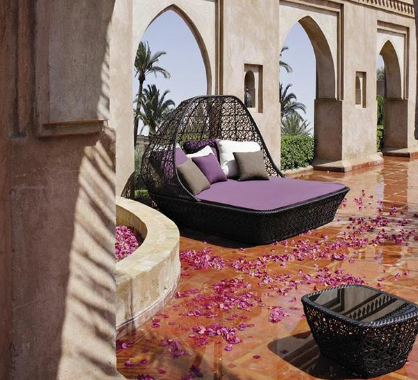 outdoor-bett-lila-farben-viele dekokissen