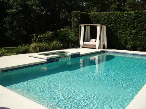 outdoor-bett-neben-dem-pool-sehr-schöne-gestaltung