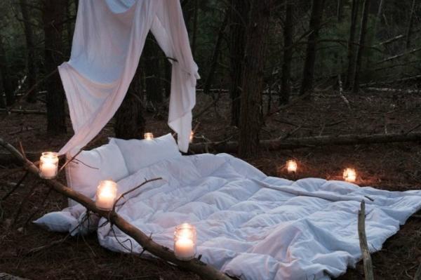 outdoor-bett-romantisch-gestalten-viele kerzen