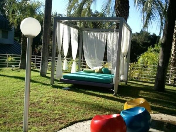 outdoor-bett-schön-umgebung von palmen