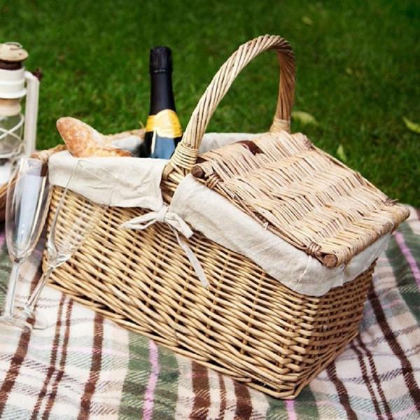 picknick-körbe-auf einer dicken decke auf dem grünen gras