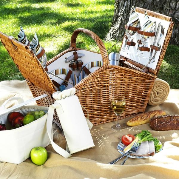 picknick-korb-inhalt- sehr viele sachen auf der decke
