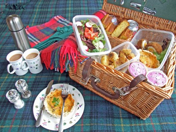 picknickkorb-inhalt-ganz viel zum essen-sehr leckere sachen