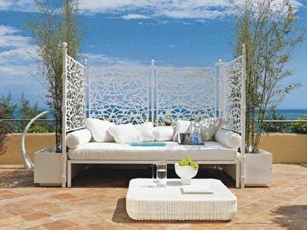 romantisch-wirkendes-outdoor-bett-weiße dekokissen