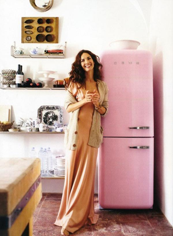 rosa-kühlschrank-smeg-modell-eine schöne schlanke frau daneben