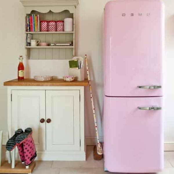 rosa-kühlschrank-smeg-sehr-schönes-modell- neben einem schrank in weiß