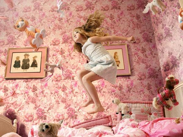 rosige-wand-im-mädchenzimmer- zahlreiche plüschtiere