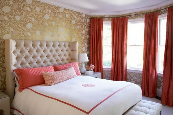 rote-gardinen-fürs-schlafzimmer-lange dekokissen