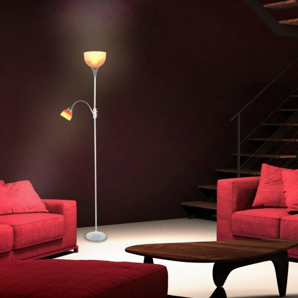 rote-sofas-neben-der-stehlampe