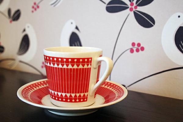 rote-vintage-tasse- dahinter ist eine super kreative wand