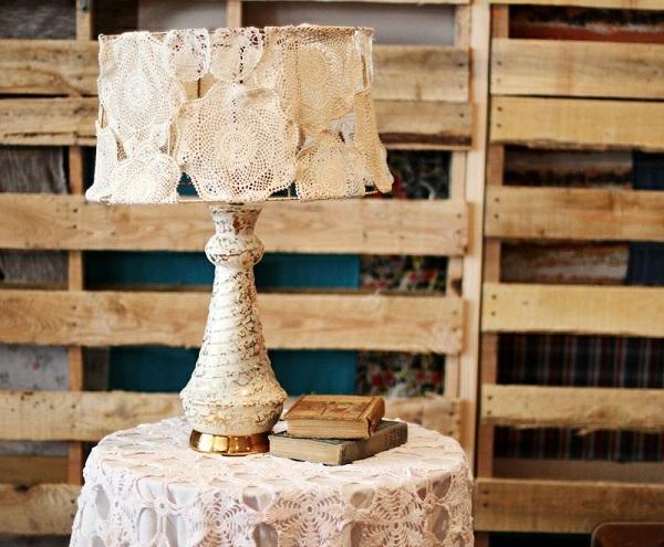 rustikal-lampe-und-tisch