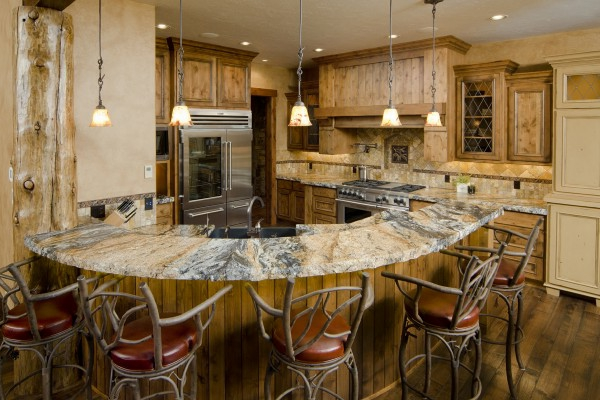 rustikales-aussehen-arbeitsplatte-aus-naturstein-für-die-küche-barstühle aus holz
