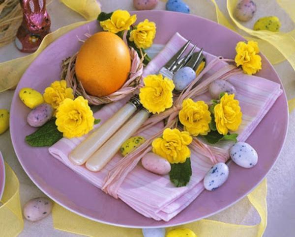 süße-tischdeko-mit-blumen-teller in lila farbe