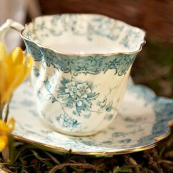 schön-wirkende-vintage-kaffee-tasse- farbe weiß und blau