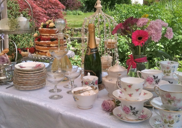 schöner-tisch-mit-vintage-tassen und viele andere sachen