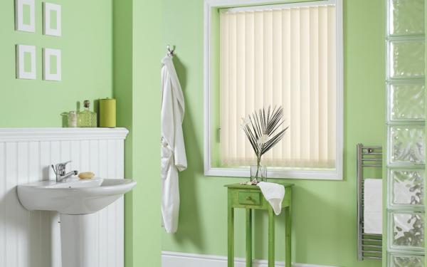 schönes-badezimmer-moderne-jalosine- grüne pflanze