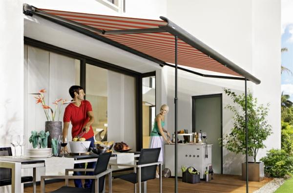 schönes-haus-mit-einem-sonnensegel-für-terrasse-wunderschön wirkend