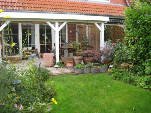 schönes-haus-veranda-selber-bauen- grünes gras im hof