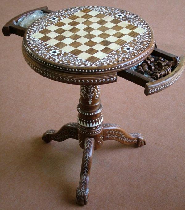 schachspiel-aus-holz-dekoration-mit-schubladen