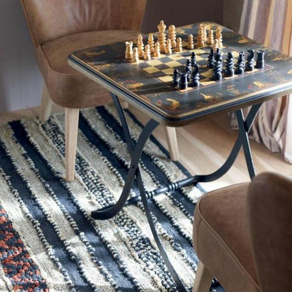 schachspiel-aus-holz-mit-stühlen