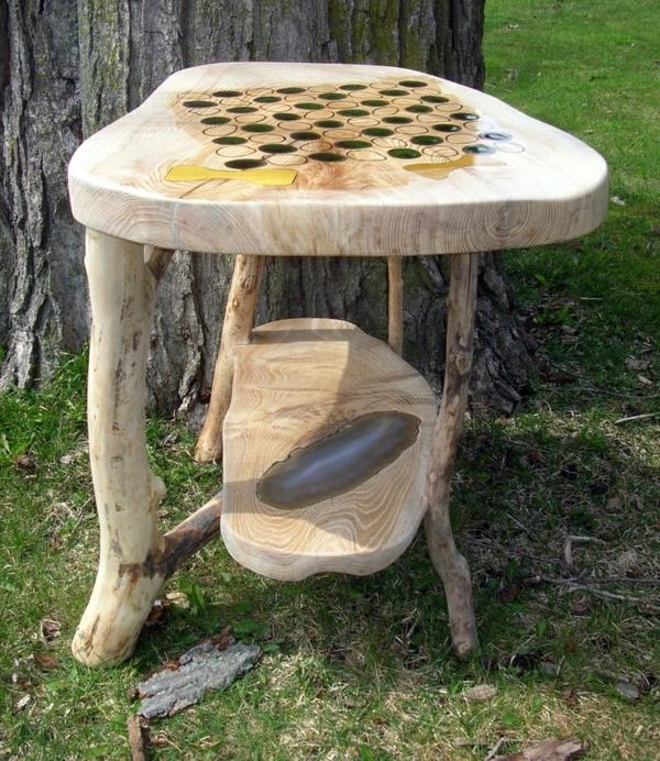 schachspiel-aus-holz-selbst-dekoriert-im-garten