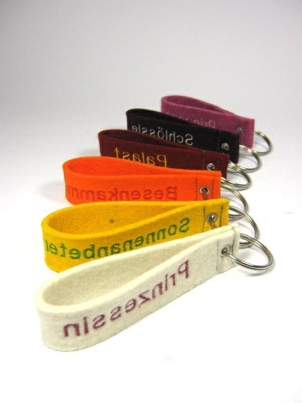 schlüsselhänger-selber-basteln-weißer-hintergrund- zahlreiche farben