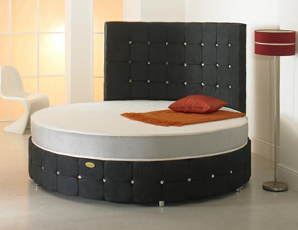schlafzimmer-gestalten-rundbett-kopfbrett in schwarz