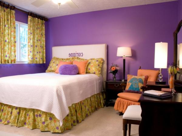 schlafzimmer-in-lila-schönes-bett-gardinen in gelb