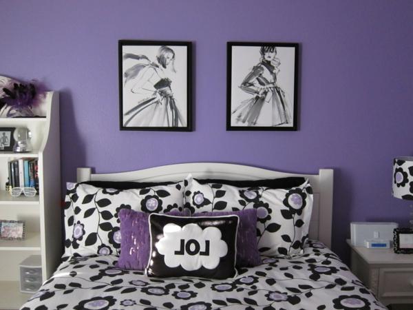 schlafzimmer-in-lila-zwei-bilder-an-der-wand-und-ein-schönes-bett-kissen