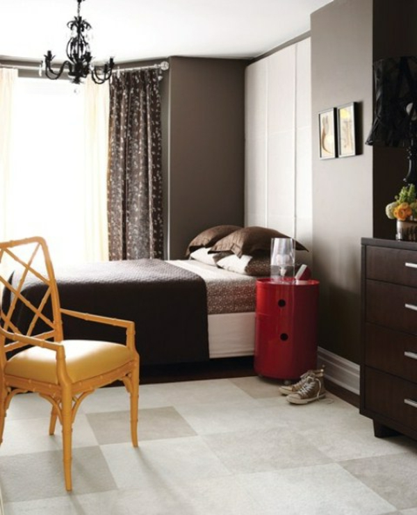 schlafzimmer-neu-gestalten-bett-für-männer- eleganter kronleuchter