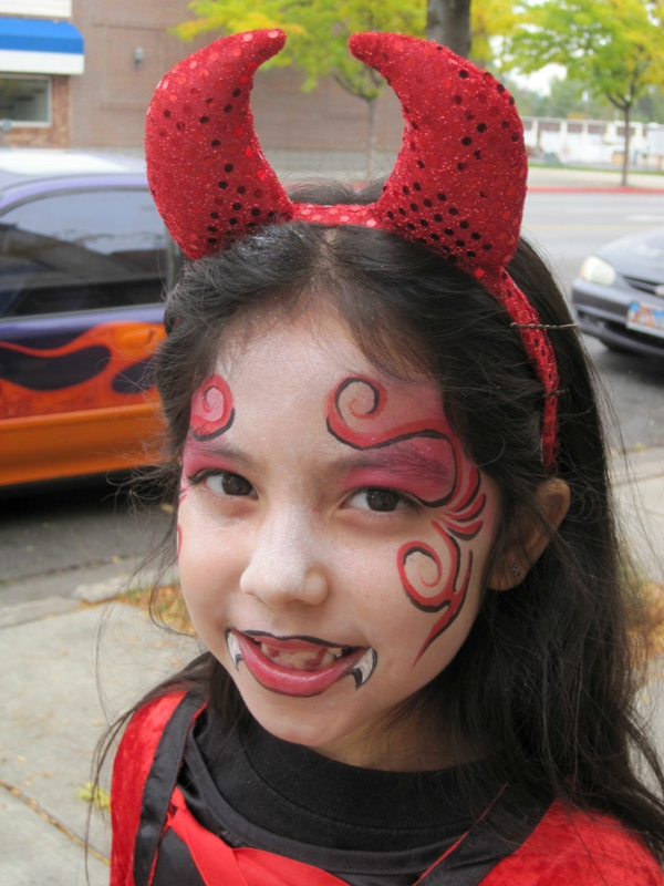 schminken-vampir-modern-farbe in rot