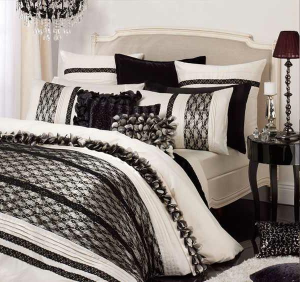 schwarz-weiße-bettwäsche-für-ein-elegantes-bett- viele dekokissen