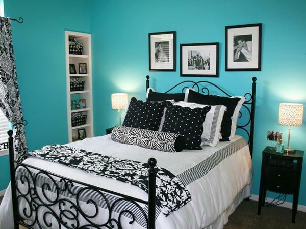 schwarz-weiße-bettwäsche-und-blaue-wand-für-ein-schönes-schlafzimmer- schönes bett
