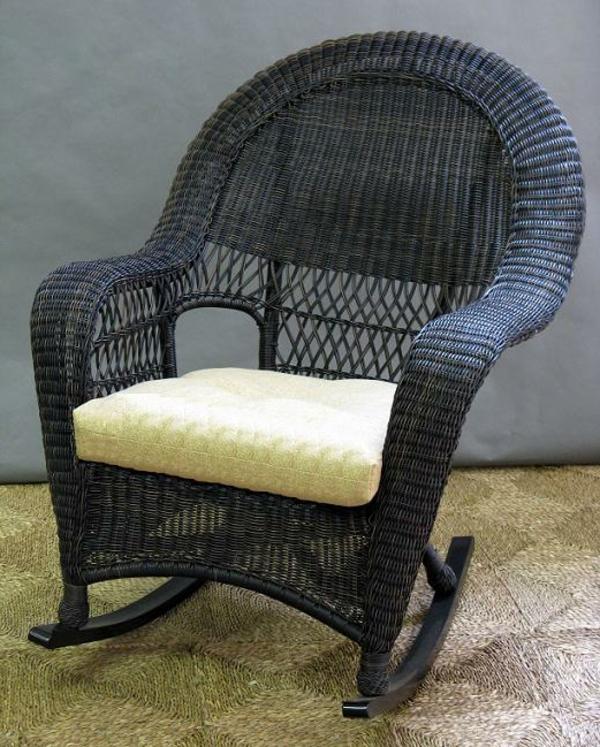 schwarzer-schaukelstuhl-aus-rattan- wand in grau