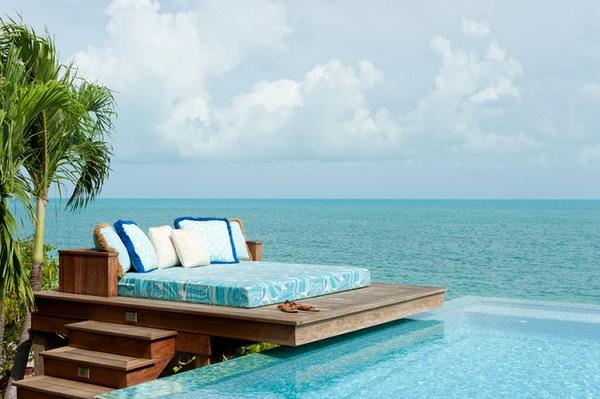 sehr-elegantes-outdoor-bett-tropische-umgebung-palmen