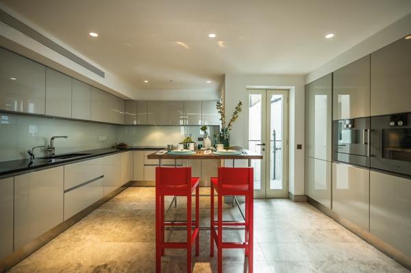 sehr-moderne-küche-mit-barstühlen-in-rot-elegante beleuchtung