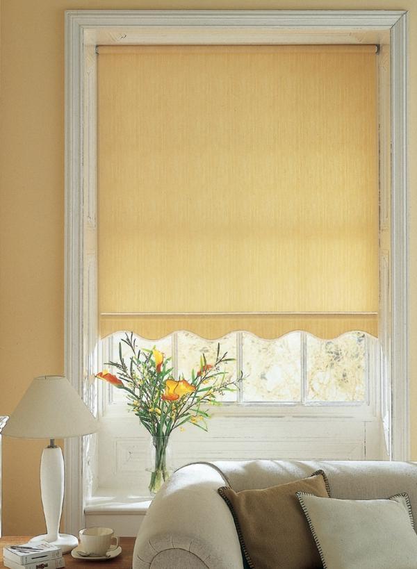 sofa-jalosine-helle-farben-weiße lampe und ein sofa mit kissen